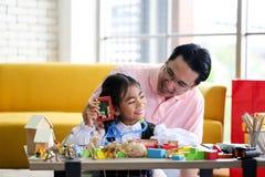 Mensen verbergende gift voor Ouder en weinig kind die pret hebben dichtbij Chri stock fotografie