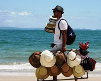 Mensen verkopende hoeden die op de paradisiacal stranden van Maceio, Brazilië lopen stock foto's