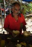 Mensen verkopende kokosnoten stock foto's