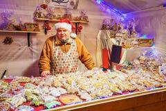 Mensen verkopende peperkoeken bij de Vilnius-Kerstmismarkt Royalty-vrije Stock Afbeelding