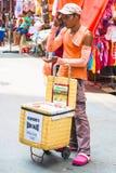 Mensen verkopende verfrissingen bij straatmarkt Royalty-vrije Stock Foto's