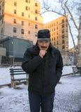 Mensen verwarmende hand met adem of het hoesten terwijl in openlucht in de winter royalty-vrije stock foto's