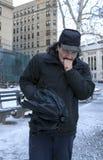 Mensen verwarmende hand met adem of het hoesten terwijl in openlucht in de winter stock foto's