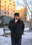 Mensen verwarmende hand met adem terwijl in openlucht in de winter stock afbeeldingen