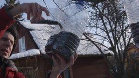 Mensen voedende vogels in de winter stock video