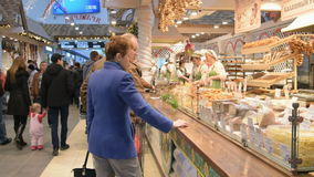 Mensen in voedselhof binnen het winkelcomplex stock footage