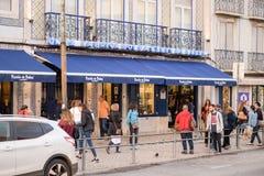 Mensen voor de bakkerij van Pasteis DE Belem in Lissabon stock afbeeldingen