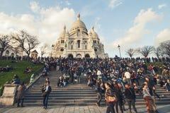 Mensen voor de Basiliek van Sacre Coeur op Montmartre in Parijs stock afbeelding