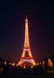 Mensen voor de Toren van Eiffel in Parijs Stock Afbeelding