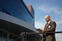 Mensen voor een gebouw Stock Foto's