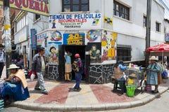 Mensen voor een opslag in de stad van Potosi in Bolivië Stock Foto's