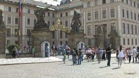 Mensen voor het Kasteel van Praag, Praag stock footage
