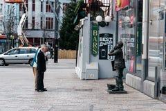 Mensen voor Standbeeld in St Patrick Street in Cork Royalty-vrije Stock Foto