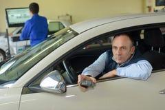 Mensen werkende controles in de post van de voertuigtest royalty-vrije stock afbeelding