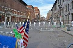 Mensen in witte gevaarlijk-materialen eenvormig op Boylston-Straat in Boston, de V.S., Royalty-vrije Stock Afbeelding