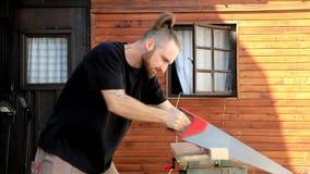 Mensen zagend hout met handzaag stock video