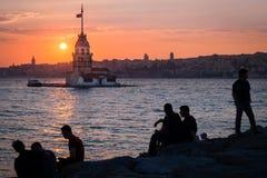 Mensen, zonsondergang en de Toren van het Meisje Istanboel, Turkije Royalty-vrije Stock Afbeelding