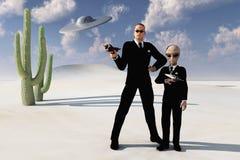 Mensen in zwart woestijn en UFO Royalty-vrije Stock Foto