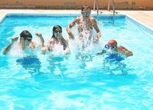 Mensen in zwembad Stock Foto