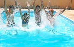 Mensen in zwembad royalty-vrije stock afbeeldingen