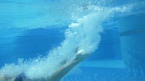 Mensen zwemmen onderwater in langzame motie Geschikt lichaams gezond concept stock video