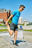 Mensenagent die vóór jogging opwarmen Stock Afbeeldingen