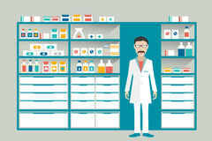Mensenapotheker in een apotheek, drogisterij Planken met geneesmiddelen, behandeling, pillen Stock Foto's