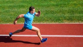 Mensenatleet in werking om wordt gesteld om groot resultaat te bereiken dat Hoe snellere looppas Snelheid opleidingsgids Lijstman stock fotografie