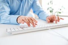 Mensenbeambte het typen op het toetsenbord Royalty-vrije Stock Afbeelding