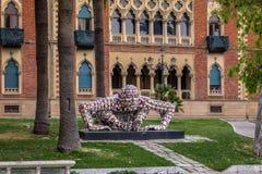 Mensenbeeldhouwwerk door Rabarama Paola Epifani wordt gecreeerd op de promenade van de waterkant wordt gevestigd lungomare - Regg stock foto