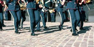 Mensenbenen op parade met muzikale instrumenten stock foto
