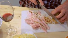 Mensenbesnoeiingen gerookt borststuk, handenclose-up Bereidt de ingredi?nten voor pizza voor stock videobeelden