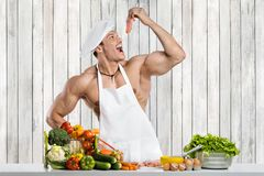 Mensenbodybuilder op keuken stock fotografie