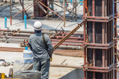 Mensenbouwvakker bij bouwwerf Stock Foto