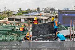 Mensenbouwvakker bij bouwwerf Royalty-vrije Stock Foto's