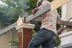 Mensenbouwvakker bij bouwwerf Royalty-vrije Stock Afbeeldingen