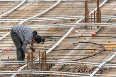 Mensenbouwvakker bij bouwwerf Royalty-vrije Stock Foto