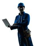 Mensenbouwvakker het silhouetportret van de gegevensverwerkingscomputer Stock Afbeeldingen