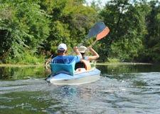 Mensencanoeing in een kleine rivier in de zomer stock foto