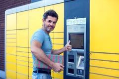 Mensencliënt die geautomatiseerde zelfbedienings post eindmachine met behulp van of stock foto