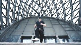 Mensendans in masker in stad stock footage