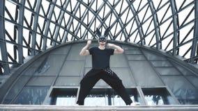 Mensendans in masker in stad stock video