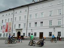 Mensendiversiteit op de straat in Salzburg, Oostenrijk Stock Afbeelding