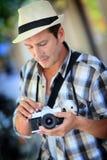 Mensenfotograaf die retro camera met behulp van stock afbeelding