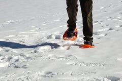 Mensengangen met oranje sneeuwschoenen en corduroy broek met wijnoogst royalty-vrije stock foto's