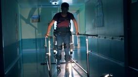 Mensengangen met orthopedisch materiaal bij een kliniek Moderne medische technologieën stock videobeelden