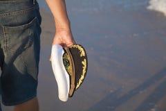 Mensengangen op het overzeese strand Royalty-vrije Stock Foto's
