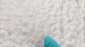 Mensengangen op zandig strand stock video