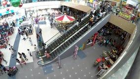 Mensengebruik van roltrap bij warenhuis stock videobeelden