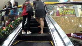 Mensengebruik van roltrap bij warenhuis stock video
